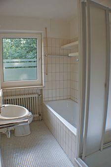 Badzimmer mit Dusche und Badewanne