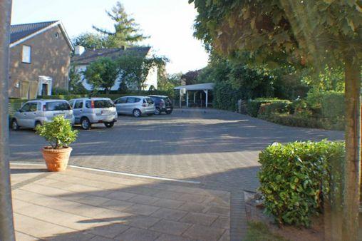 Terrasse mit Parkplatz